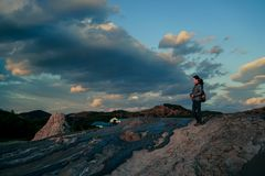 Frau, die schlammige Vulkane erforscht Stockfoto