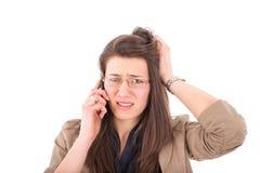 Frau, die schlechte Nachrichten über Telefon hört Lizenzfreie Stockfotos