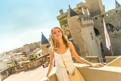 Frau, die am Schloss aufwirft lizenzfreie stockfotografie