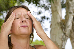 Frau, die schmerzliche Kopfschmerzen erleidet Lizenzfreie Stockbilder