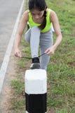 Frau, die Schnürsenkel bindet Weiblicher Sporteignungsläufer, der gelesen erhält lizenzfreies stockfoto