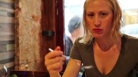 Frau, die Schnecken isst stock video footage