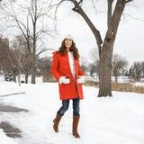 Frau, die in Schnee geht. Lizenzfreies Stockbild