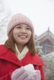 Frau, die Schneeball draußen im Park hält stockbilder
