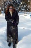 Frau, die in schneebedeckten Park geht Stockfotografie