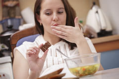Frau, die Schokolade betrachtet stockbilder