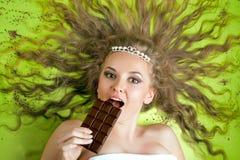 Frau, die Schokolade isst Stockfotos