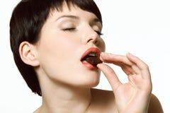Frau, die Schokolade isst Lizenzfreies Stockbild