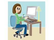 Frau, die am Schreibtisch vor Computer sitzt Stockfotos