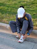 Frau, die Schuhe bindet stockfoto