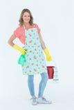 Frau, die Schutzhandschuhe trägt und Eimer hält Stockbild