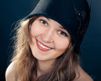 Frau, die schwarzen geglaubten Hut im Retro stlyle trägt lizenzfreies stockfoto