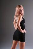 Frau, die schwarzes Kleid trägt. Stockfoto