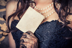 Frau, die schwarzes Korsett trägt stockbild