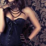 Frau, die schwarzes Korsett trägt lizenzfreie stockbilder