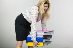 Frau, die schwere bunte Mappen mit Dokumenten hält Lizenzfreie Stockbilder
