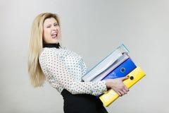 Frau, die schwere bunte Mappen mit Dokumenten hält Lizenzfreies Stockbild