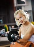 Frau, die schwere Gewichte anhebt lizenzfreie stockfotos