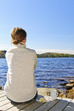 Frau, die am Seeufer sich entspannt Lizenzfreies Stockbild