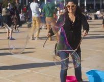 Frau, die Seifen-Luftblasen bildet stockfoto