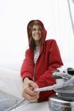 Frau, die Seil auf Segelboot hält stockbilder