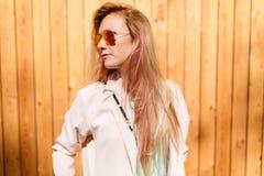 Frau, die seitlich in der Sonnenbrille schaut Lizenzfreie Stockfotos