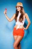 Frau, die Selbstphoto mit Smartphonekamera macht Lizenzfreie Stockfotografie
