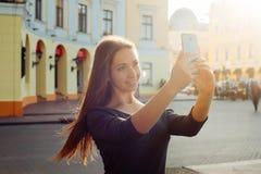 Frau, die selfie auf Handykamera macht Stockbilder