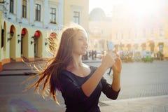 Frau, die selfie auf Handykamera macht Lizenzfreies Stockfoto