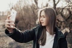 Frau, die selfie auf Smartphone nimmt Lizenzfreie Stockfotografie