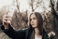 Frau, die selfie auf Smartphone nimmt Stockbild