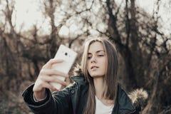 Frau, die selfie auf Smartphone nimmt Stockfoto