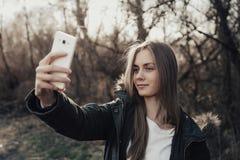Frau, die selfie auf Smartphone nimmt Stockfotografie