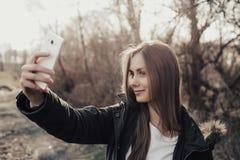 Frau, die selfie auf Smartphone nimmt Lizenzfreies Stockbild