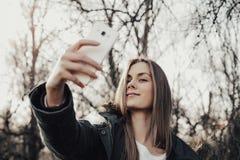 Frau, die selfie auf Smartphone nimmt Stockbilder