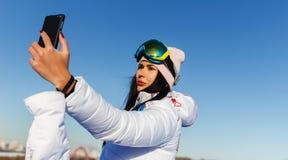 Frau, die selfie auf Winter tut Lizenzfreies Stockbild