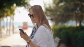 Frau, die selfie beim Gehen mit dem Baby im Freien macht stock footage