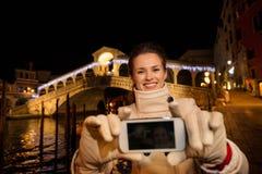 Frau, die selfie beim Verbringen von Weihnachtszeit in Venedig nimmt Stockfotografie