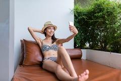 Frau, die selfie durch Handy mit Bikini nimmt Lizenzfreie Stockfotografie