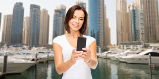 Frau, die selfie durch Smartphone über Dubai-Stadt nimmt Lizenzfreies Stockfoto