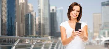 Frau, die selfie durch Smartphone über Dubai-Stadt nimmt Lizenzfreie Stockfotografie
