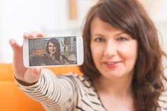Frau, die selfie Foto macht lizenzfreie stockbilder
