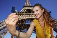Frau, die selfie mit Digitalkamera gegen Eiffelturm nimmt Stockfoto