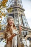 Frau, die selfie mit Mobiltelefon nimmt und Sieg in Paris zeigt Stockbild