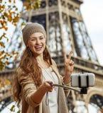Frau, die selfie mit Mobiltelefon nimmt und Sieg in Paris zeigt Lizenzfreie Stockfotos
