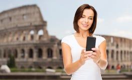 Frau, die selfie mit Smartphone über Kolosseum nimmt Lizenzfreies Stockfoto