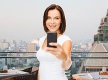 Frau, die selfie mit Smartphone über Singapur nimmt Stockfotografie