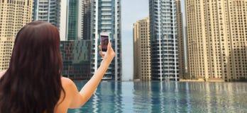 Frau, die selfie mit Smartphone über Stadtpool nimmt Stockfoto