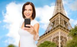 Frau, die selfie mit Smartphone in Paris nimmt Stockfoto