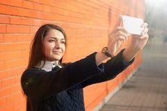 Frau, die selfie mit Smartphonekamera nimmt Lizenzfreies Stockbild